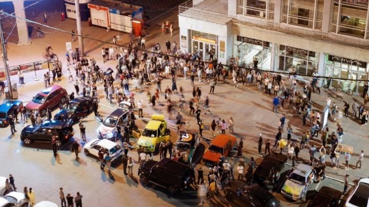 Сотни людей устроили вечеринку на площади Ленина. Кадры, как толпа лихо пляшет под Верку Сердючку
