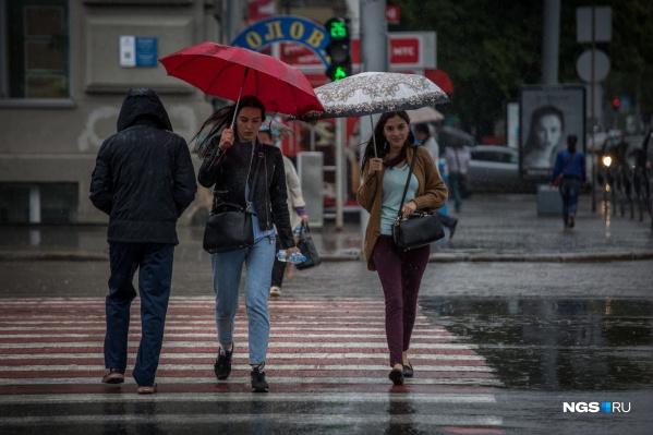 Дождевики, непромокаемая обувь и зонт — главные аксессуары предстоящей осени