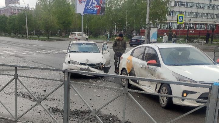 «Один летел под сотку»: «Яндекс.Такси» и седан столкнулись на пустом перекрёстке в Новосибирске