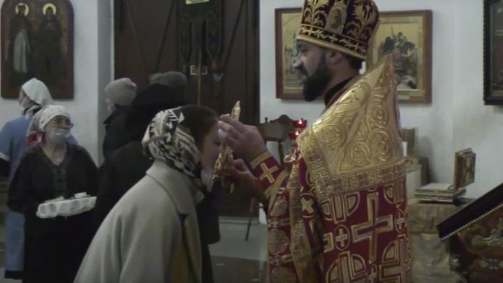 Полиция проверяет жалобу пермячки на настоятеля Андрея Литовку: в ходе службы верующие без масок целовали крест