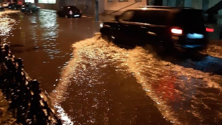 Пролив Ленина: в Ярославле затопило проспект — легковушки глохнут, скорые ползут