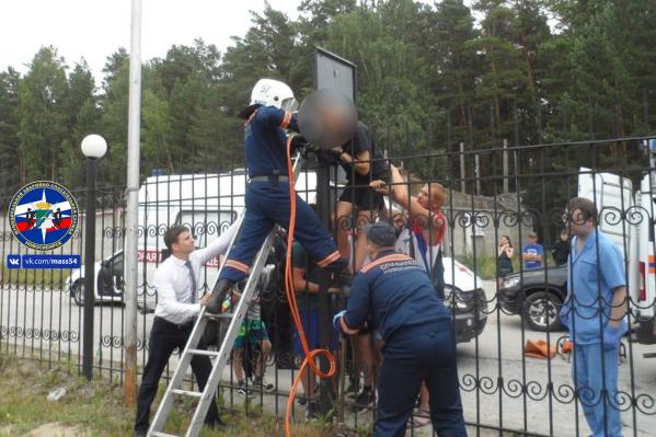 До приезда спасателей парню помогли прохожие