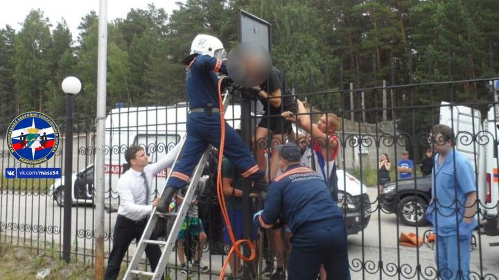 На Шлюзе молодой человек пытался перелезть железный забор и насадил руку на пику