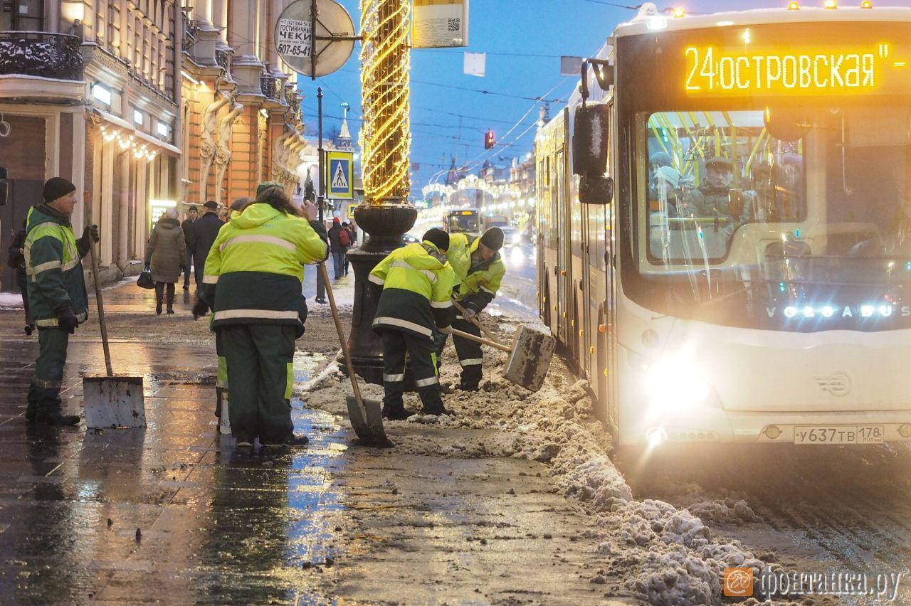 Коммунальные службы вынуждены проводить утреннюю уборку после ночного снегопада. Санкт-Петербург, 2 декабря 2019 года