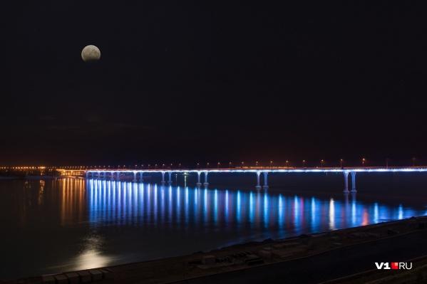 Обычно мост светится разными цветами