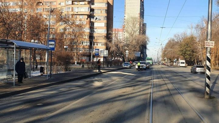 На Полевой водитель внедорожника сбил пешехода, который шел к трамваю