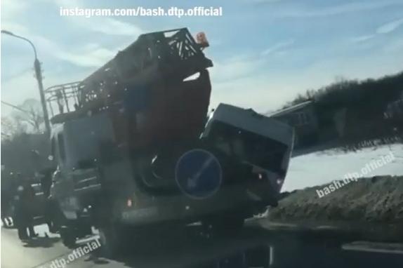 В Стерлитамаке маршрутка снесла столб, последствия аварии очевидцы сняли на видео