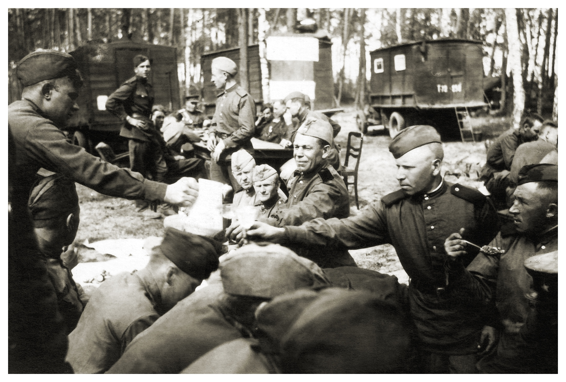 Солдаты празднуют Победу в Германии, май 1945 года