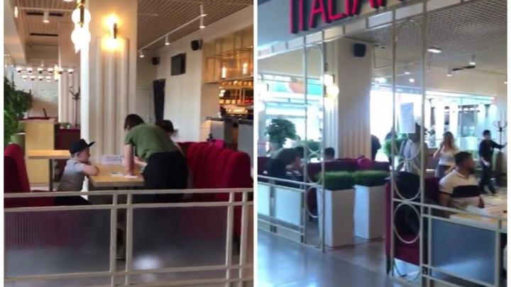 Кафе в Кольцово пустило пассажиров поесть, несмотря на режим изоляции