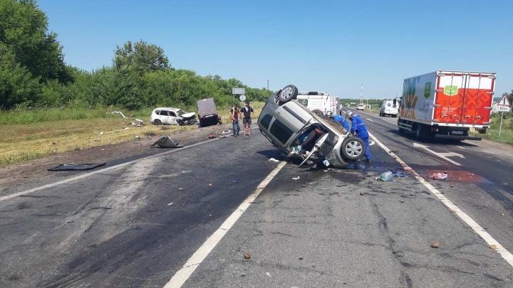 «Машину размазало по дороге»: на трассе в Самарской области Toyota протаранила Lada