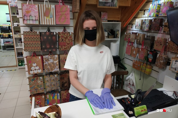 В магазинах ждут, что покупатели, как и продавцы, будут в масках и перчатках