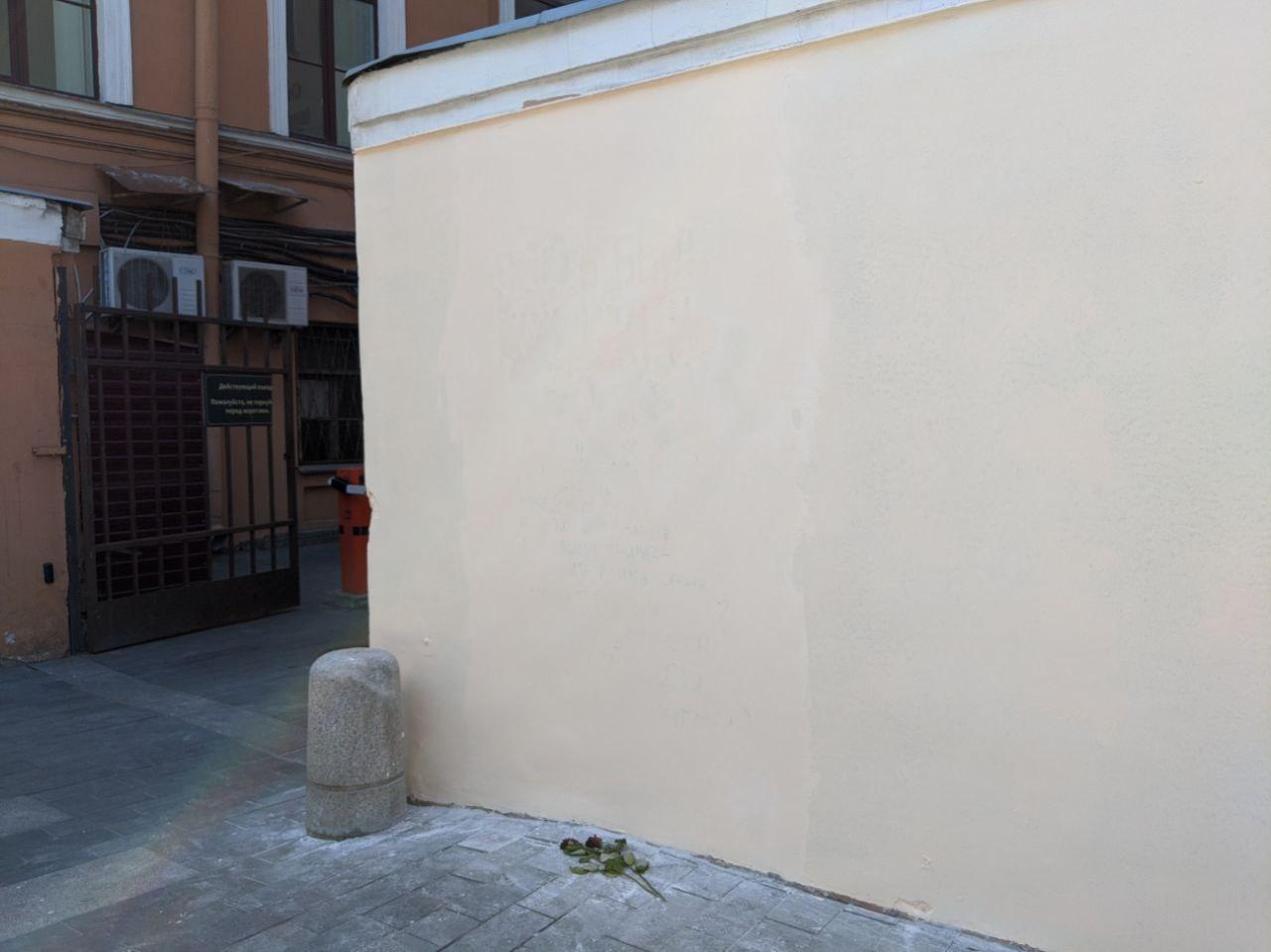 Так стена выглядит днем 26 мая<br><br>автор фото Павел Каравашкин / «Фонтанка.ру»<br>