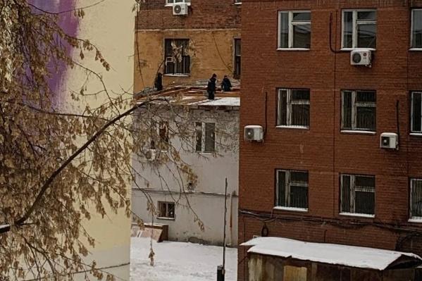 Прямо сейчас на Декабристов разбирают крышу здания