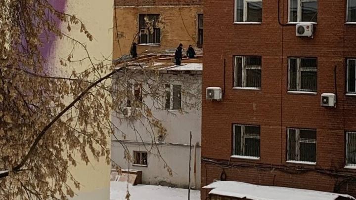 Рядом дежурит охрана: в Екатеринбурге начали разбирать конструктивистское здание в центре