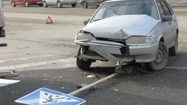 ВАЗ перевернулся на скользкой дороге в Волгограде