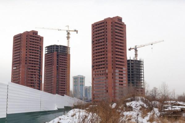 Руководитель фирмы продавал квартиры в домах на стадии строительства, а также в уже построенных ЖК