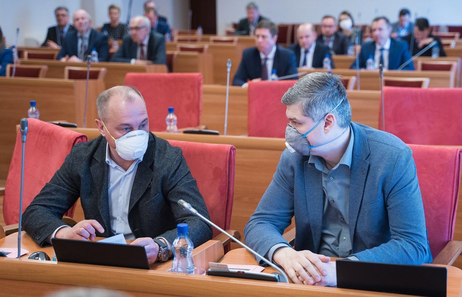Депутат-строитель Илья Круглов (слева) достал профессиональный респиратор. Павел Исаев нашёл медицинский