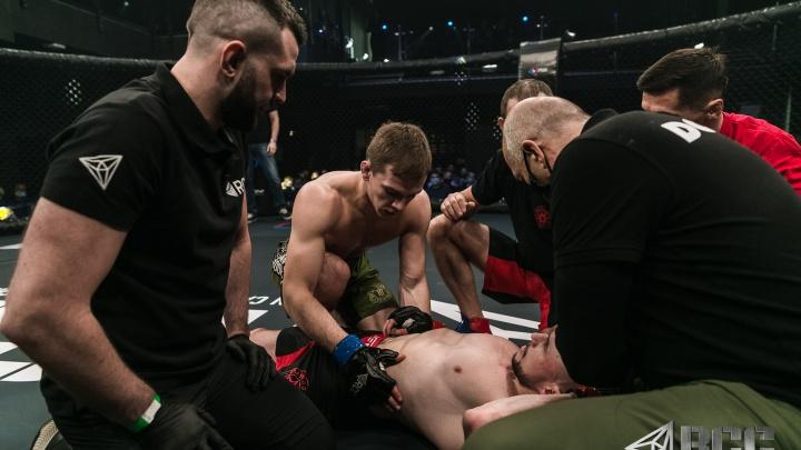 Омич на 29-й секунде нокаутировал уральского бойца на турнире RCC