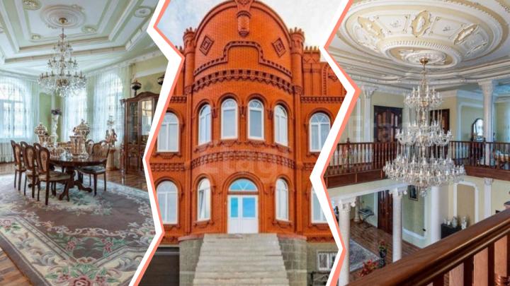 На Уктусе продают огромный дом в стиле дворца-музея: разглядываем лепные потолки и роскошную мебель