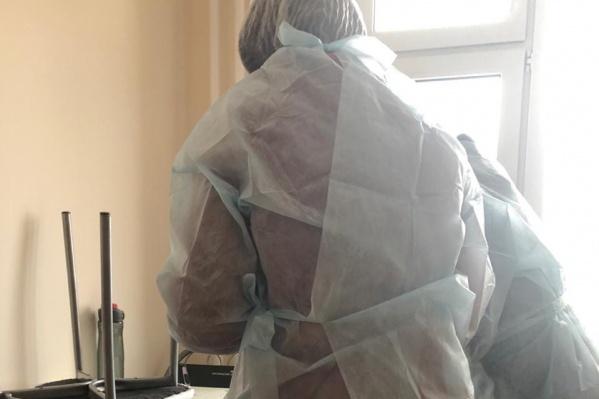 Медики приехали в халатах и взяли анализ крови