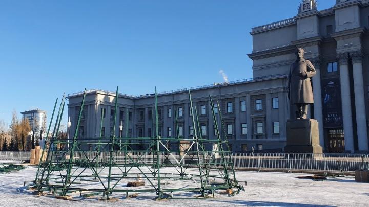 На площади Куйбышева начали устанавливать новогоднюю елку