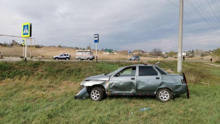 «У девушки переломаны ноги, у водителя пробита голова»: под Волгоградом «десятка» снесла остановку