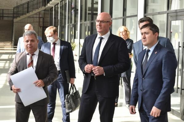Летом 2020 года Дмитрий Чернышенко (в центре) приезжал в Пермь