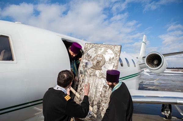 Митрополит Корнилий облетает на самолете границы Архангельской области