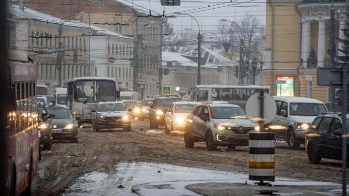 «Дыры на дорогах и в бюджете— символ России?»: в Ярославле общественник публично разнес мэра города