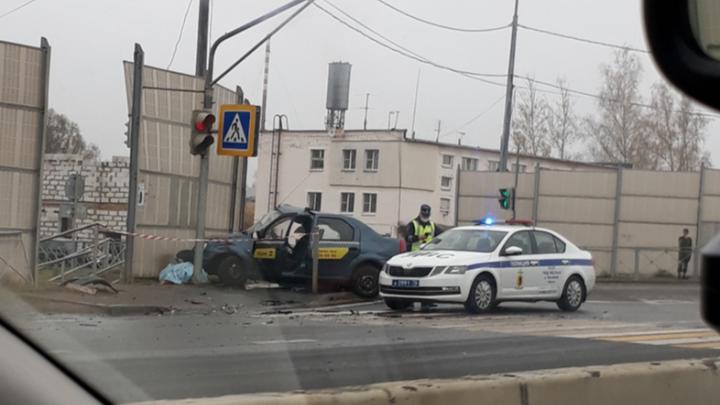 «Вылетел через лобовое стекло»: в Ярославле в ДТП погиб водитель такси