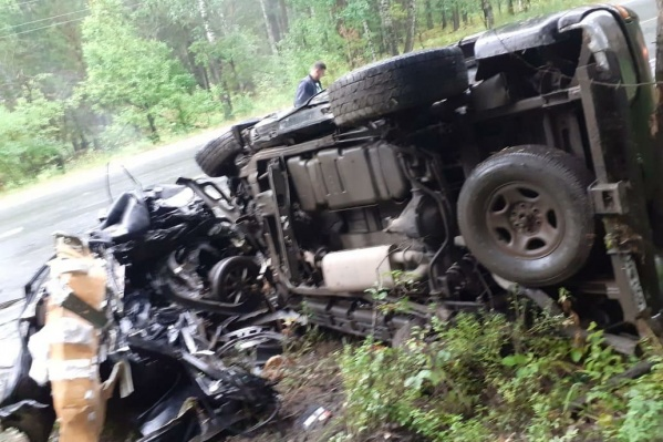 Honda Civic разорвало пополам: первая часть машины оказалась на одной стороне дороги, вторая — на другой