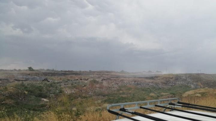 По ночам просто задыхаемся: на севере Волгограда горит заброшенная свалка