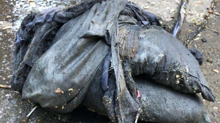 «Находим арбузы и наволочки»: в Волгограде вскрывают асфальт и вырезают трубы из-за крупных засоров