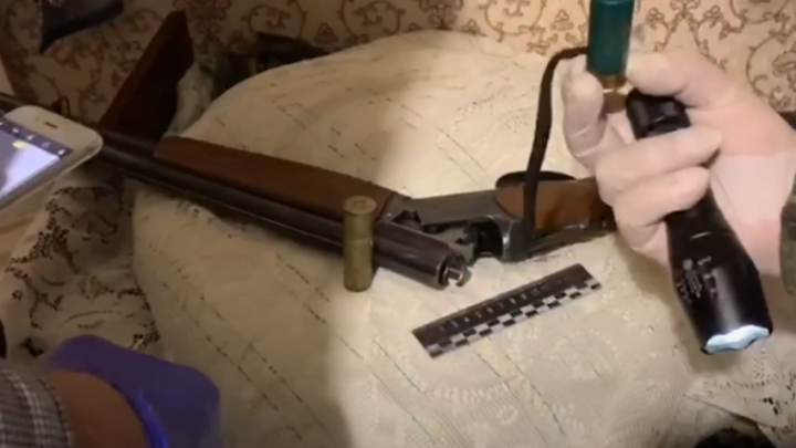 В Сети появилось видео расстрела семьи в Кузбассе. Пенсионер с ружьем напал на соседей