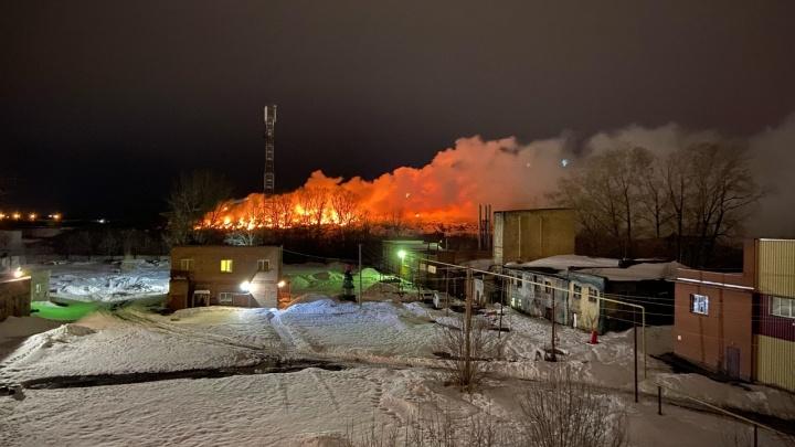 «Взрывается что-то наподобие шифера»: очевидец рассказал о загоревшейся под Новосибирском свалке