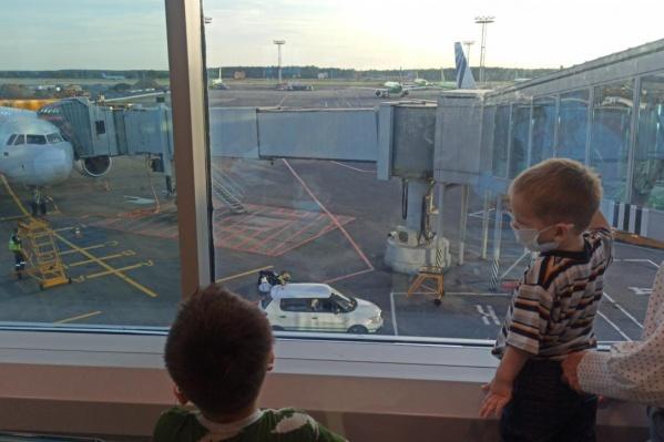 Братья трех и пяти лет прилетели в Россию из Сирии