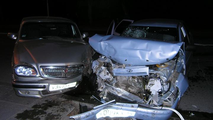 В центре Волгограда автомобиль ВАЗ превратился в груду металла
