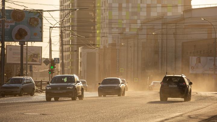 Пока не было дождя. Показываем в 7 пыльных кадрах, что творилось днём на дорогах Новосибирска