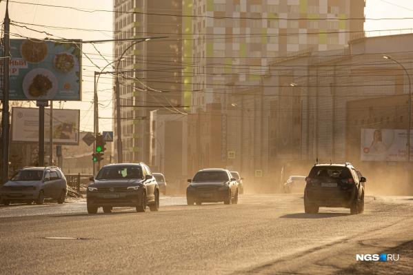 Из-за пыли кажется, что на фотографии города наложили фильтр