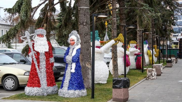 Дед Мороз на зеленом газоне: в центре Нижнего Новгорода поставили новогодние украшения