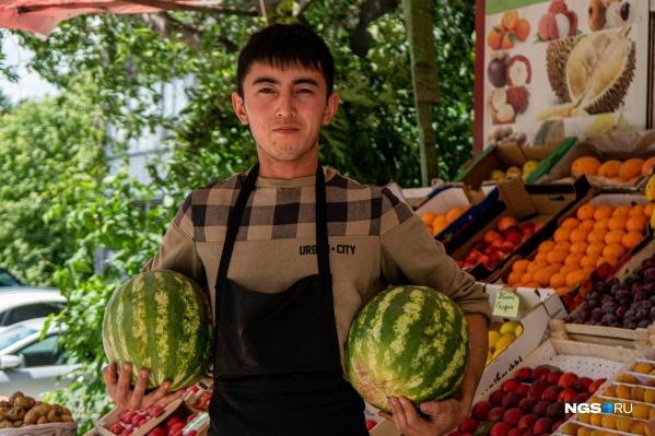Продавцы отмечают, что арбузы и дыни, несмотря на раннее начало сезона, привозят из ближнего зарубежья уже спелыми