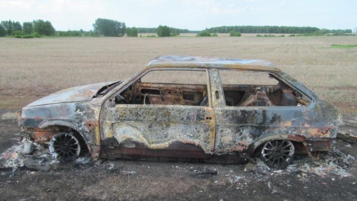 Двое зауральцев угнали у пенсионера машину и сожгли ее