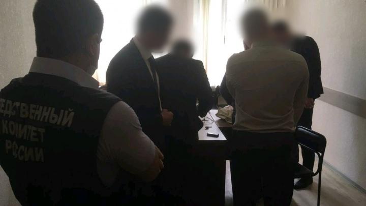 В Нижнем Новгороде главу отдела по борьбе с коррупцией задержали при даче взятки. Он «крышевал» ОПГ