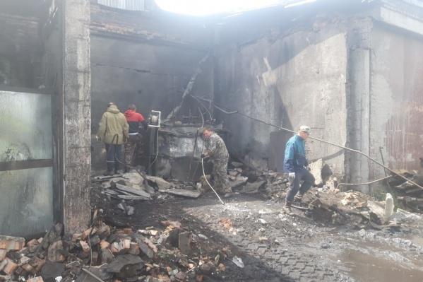 От взрыва обрушились части стены и кровли