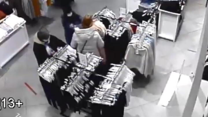 В Екатеринбурге три девушки в масках украли телефон у посетительницы магазина. Они попали на видео