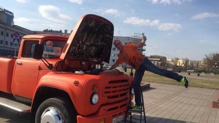 Владелец оранжевого ЗИЛа проехал по улицам с песней о городе, чтобы подбодрить омичей в самоизоляции