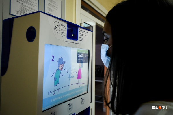 Во время приема детей в школу у всех измеряют температуру, и это позволяет оперативно выявлять заболевших