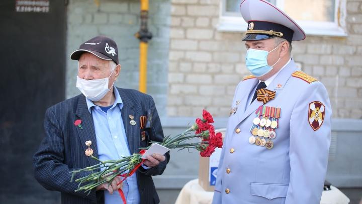 Персональный мини-парад и настоящий концерт: как в Уфе ветерана поздравили с Днем Победы