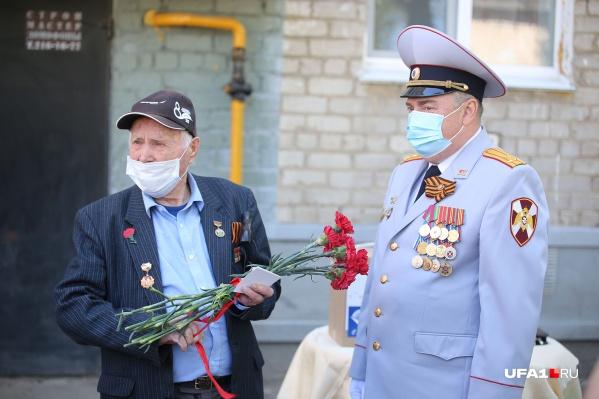 Ветерану Ибрагиму Шакирову (на фото слева) подарили букет гвоздик