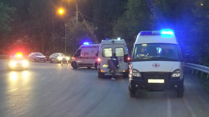На Егоршинском подходе машина улетела с дороги в лес, пять человек зажало в салоне